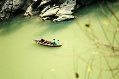 Barco de madeira no rio da montanha Fotografia de Stock
