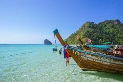 Barco de madeira para o parque do turista na baía do Maya no mar de Andaman da ilha de Phiphi que surpreende o curso de Tailândia Imagem de Stock