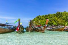 Barco de madeira para o parque do turista na baía do Maya no mar de Andaman da ilha de Phiphi que surpreende o curso de Tailândia Foto de Stock