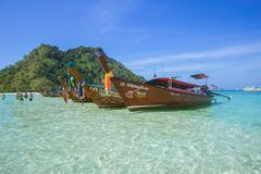 Barco de madeira para o parque do turista na baía do Maya no mar de Andaman da ilha de Phiphi que surpreende o curso de Tailândia Imagens de Stock