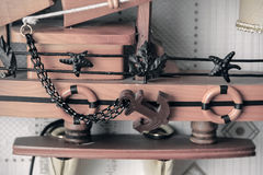 Barco de madeira pequeno incomum com uma âncora Imagens de Stock