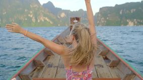 Barco de madeira pequeno no lago video estoque