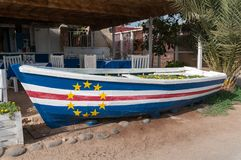 Barco de madeira pintado com a bandeira de Cabo Verde fotos de stock royalty free