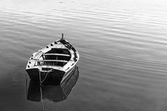 Barco de madeira só que deriva no Rias Baixas Fotografia de Stock