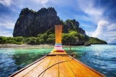 Barco de madeira tradicional em Koh Phi Phi Island, Tailândia imagens de stock