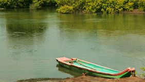 Barco de madeira tradicional estacionado em um rio da água traseira perto da praia karaikal fotografia de stock