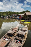 Barco de madeira velho na aldeia piscatória Ásia Oriental Foto de Stock Royalty Free