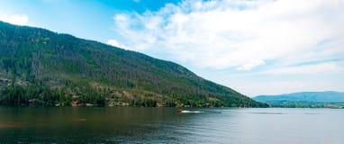 Barco de madeira velho no lago fotografia de stock royalty free