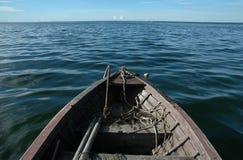 Barco de madeira velho no mar fotografia de stock royalty free