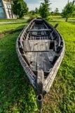 Barco de madera abandonado en la orilla Imagen de archivo libre de regalías