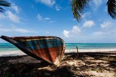 Barco de madera abandonado en la playa Fotografía de archivo libre de regalías