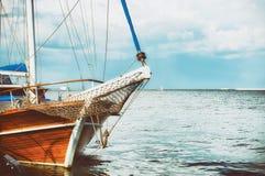 Barco de madera amarrado en el embarcadero del mar fotografía de archivo libre de regalías