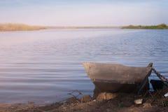 Barco de madera amarrado en el río Imagen de archivo libre de regalías