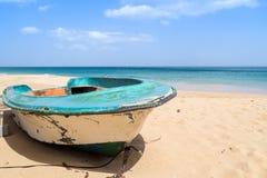 Barco de madera arruinado en la playa Fotografía de archivo