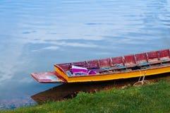 Barco de madera colorido local en el reservior de Yang Chum Water del lago - Tailandia fotos de archivo