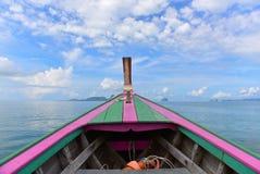 Barco de madera colorido viejo que explora el mar de Andaman Fotos de archivo