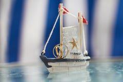 Barco de madera con los anillos de bodas Fotografía de archivo libre de regalías