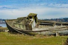 Barco de madera de Abandones en orilla Fotos de archivo libres de regalías