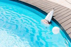 Barco de madera del juguete en la piscina Imagen de archivo