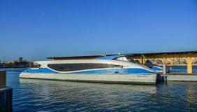 Barco de madera en Dubai Creek fotos de archivo