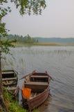Barco de madera en el lago imagen de archivo