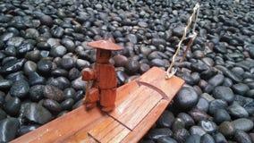 Barco de madera en el mar de las rocas 2 Imágenes de archivo libres de regalías