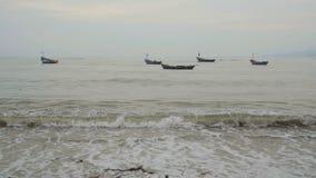 Barco de madera en el mar en Tailandia metrajes