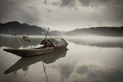 Barco de madera en el río Fotos de archivo libres de regalías