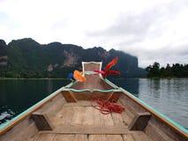 Barco de madera en el río Fotos de archivo