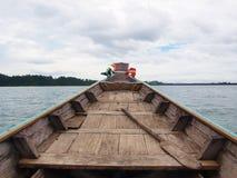 Barco de madera en el río Imagen de archivo libre de regalías