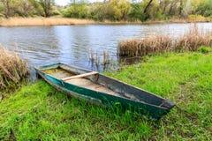 Barco de madera en el río fotografía de archivo
