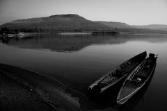Barco de madera en el río Mekong, Tailandia (tono blanco y negro) Imagen de archivo