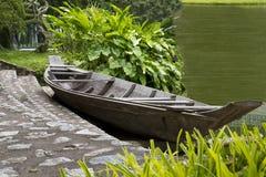 Barco de madera en la orilla Imagen de archivo