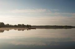 Barco de madera en la orilla del lago Foto de archivo