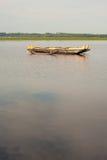 Barco de madera en la orilla del lago Imagenes de archivo