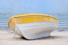 Barco de madera en la playa Imagen de archivo libre de regalías