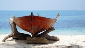 Barco de madera en la playa asoleada foto de archivo libre de regalías