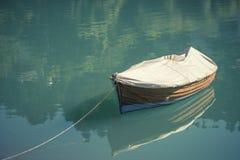 Barco de madera en un lago azul el Tyrol del sur en Italia Fotos de archivo