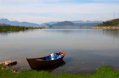 Barco de madera en una bahía reservada fotos de archivo