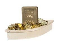 Barco de madera llenado de las monedas de oro Foto de archivo libre de regalías