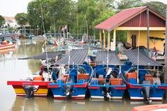 Barco de madera de los pescados que parquea en el embarcadero imagen de archivo libre de regalías