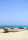 Barco de madera naufragado en la playa Imágenes de archivo libres de regalías