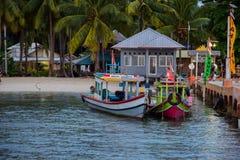 Barco de madera pesquero tradicional cerca de la isla del pahawang imagenes de archivo