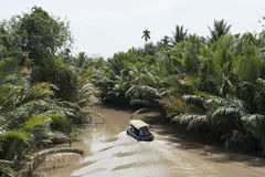 Barco de madera que navega abajo del río Mekong Vietnam Imagen de archivo