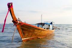 Barco de madera tailandés en el mar de Andaman Imágenes de archivo libres de regalías