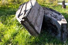 Barco de madera tradicional en hierba verde Fotos de archivo