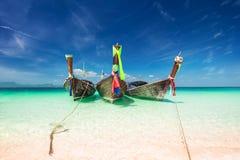 Barco de madera tradicional tailandés en la orilla del océano tailandia Foto de archivo libre de regalías