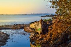 Barco de madera viejo abandonado en la playa Imágenes de archivo libres de regalías
