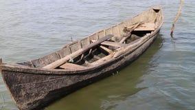 Barco de madera viejo amarrado en el río almacen de metraje de vídeo