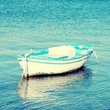 Barco de madera viejo azul y blanco en un mar Mediterráneo (Grecia) Foto de archivo